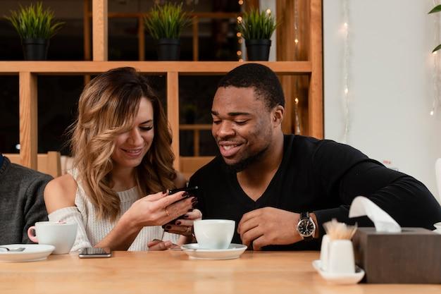 Amici di smiley alla ricerca sul cellulare Foto Gratuite