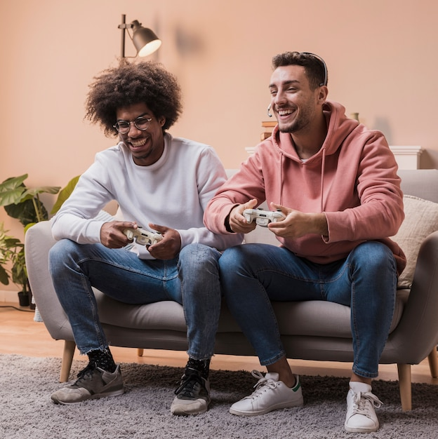 Smiley friends playing games Free Photo