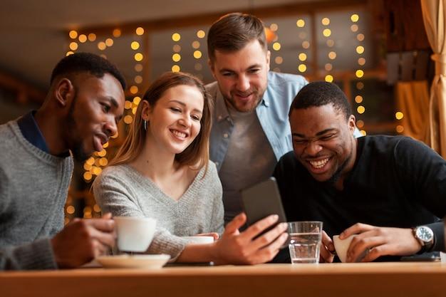 Amici di smiley al ristorante scattare foto Foto Gratuite