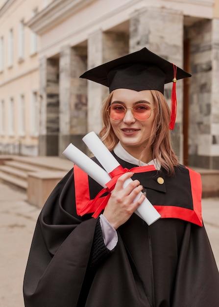 Улыбающаяся девушка на выпускном Бесплатные Фотографии
