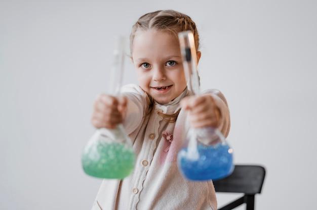 받는 사람의 화학 원소를 들고 웃는 소녀 무료 사진