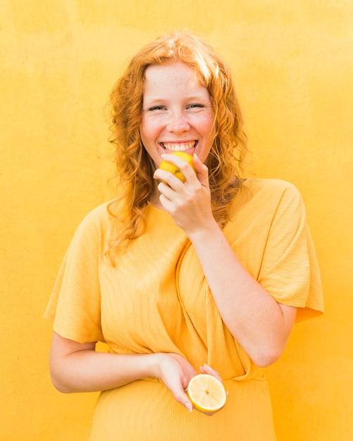レモンを舐めるスマイリーの女の子 無料写真