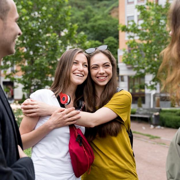 スマイルのガールフレンドを抱いて 無料写真