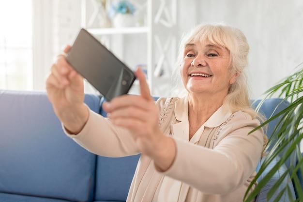 Selfieを取ってスマイリーの祖母 無料写真