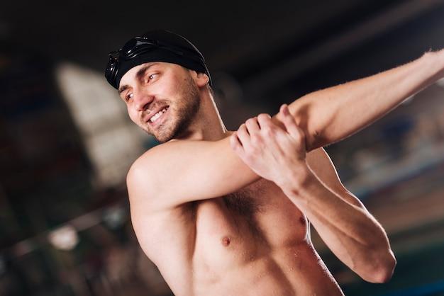 Allungamento maschio del nuotatore di smiley Foto Gratuite