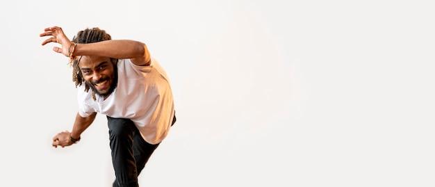 Улыбающийся человек танцует с копией пространства Бесплатные Фотографии