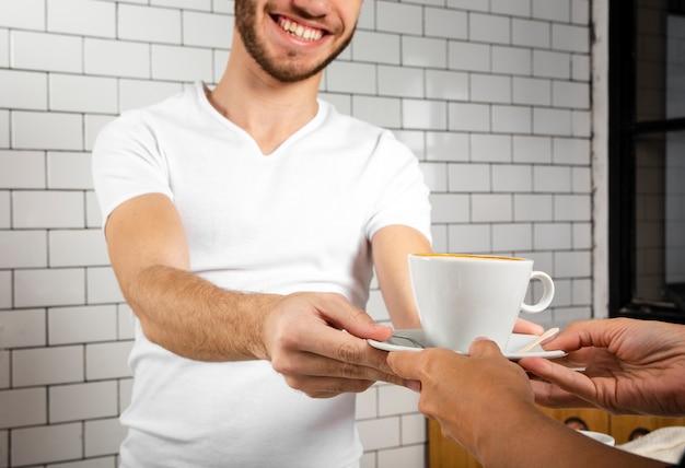 Смайлик предлагает чашку кофе Бесплатные Фотографии
