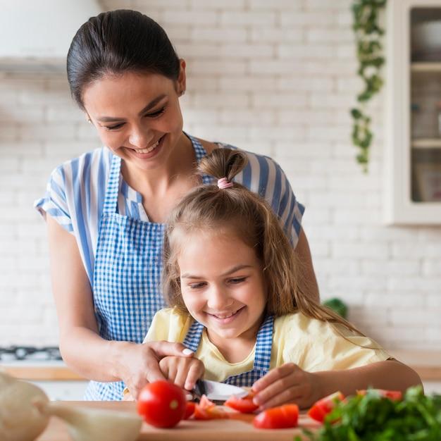 スマイリーの母と娘の料理 無料写真