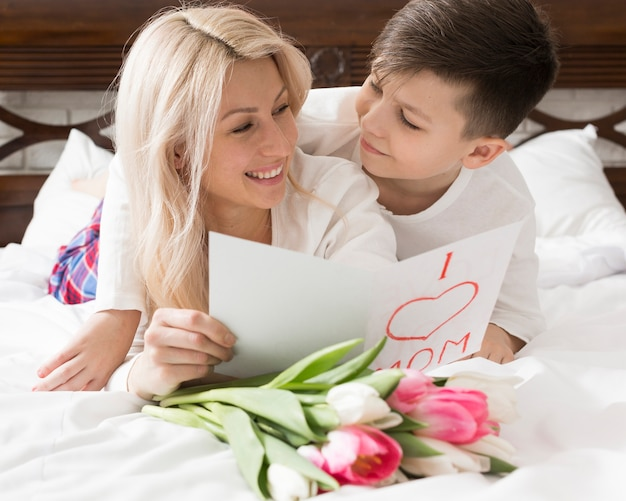 Смайлик мама и сын смотрят друг на друга Бесплатные Фотографии