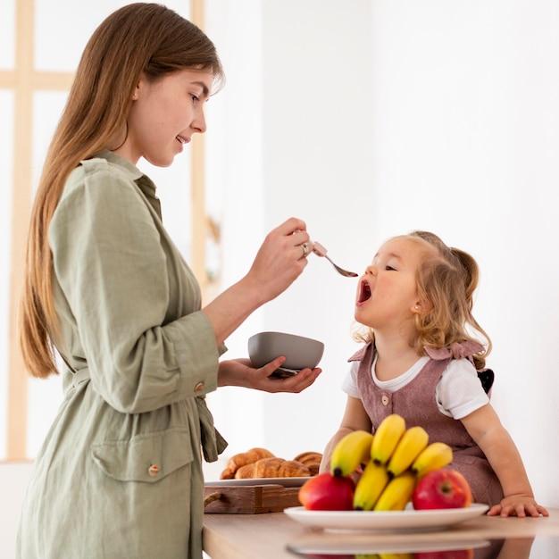 Смайлик мама кормит дочь Бесплатные Фотографии