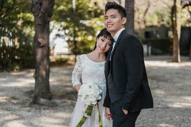 야외에서 함께 포즈 웃는 신혼 부부 무료 사진