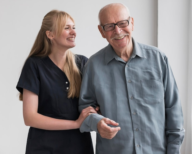 웃는 노인과 간호사 프리미엄 사진