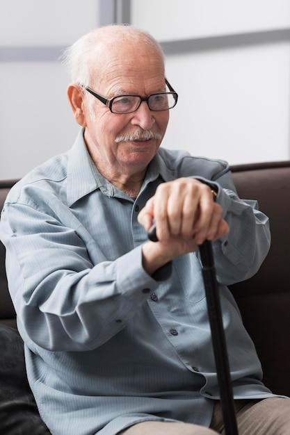 Uomo anziano sorridente in una casa di cura Foto Gratuite