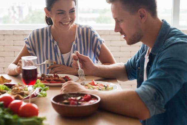 一緒に食べる笑顔の人々 無料写真