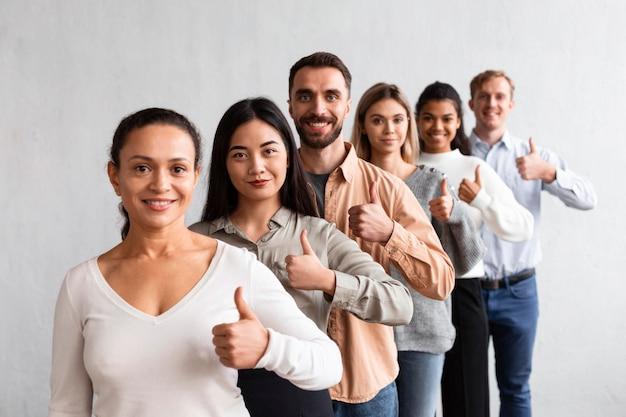 Gente di smiley che dà i pollici in su a una sessione di terapia di gruppo Foto Gratuite
