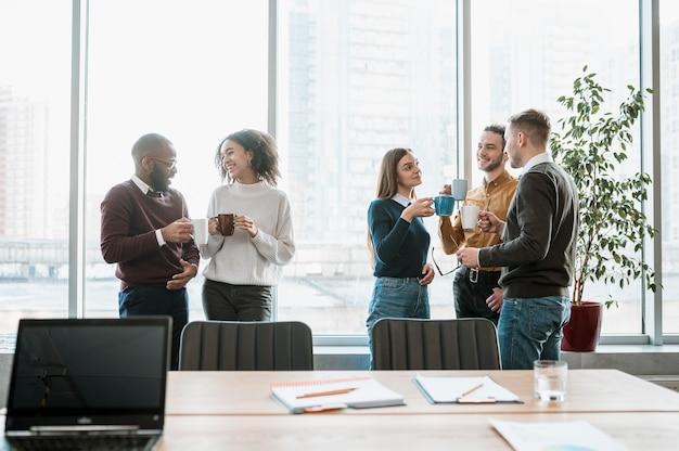 Persone di smiley che prendono una pausa caffè da una riunione Foto Gratuite