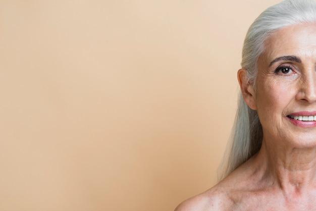 コピースペースでスマイリー年配の女性 無料写真