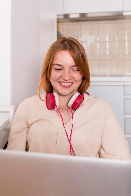 Insegnante di smiley con le cuffie che tengono una classe in linea da casa Foto Gratuite