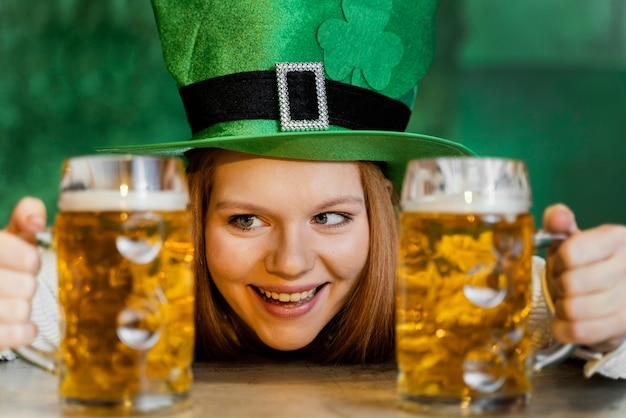 Смайлик женщина празднует ул. день патрика в баре с напитками Бесплатные Фотографии