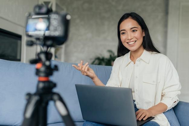 Smiley woman doing a vlog Free Photo