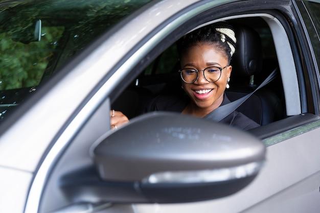 Смайлик женщина за рулем своего личного автомобиля Бесплатные Фотографии