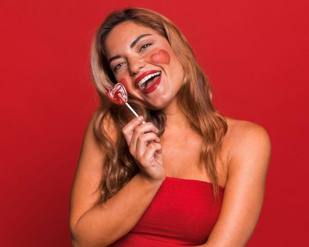 사탕을 들고 웃는 여자 무료 사진