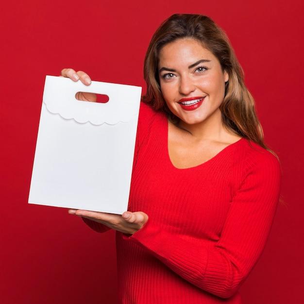 종이 가방을 들고 웃는 여자 무료 사진