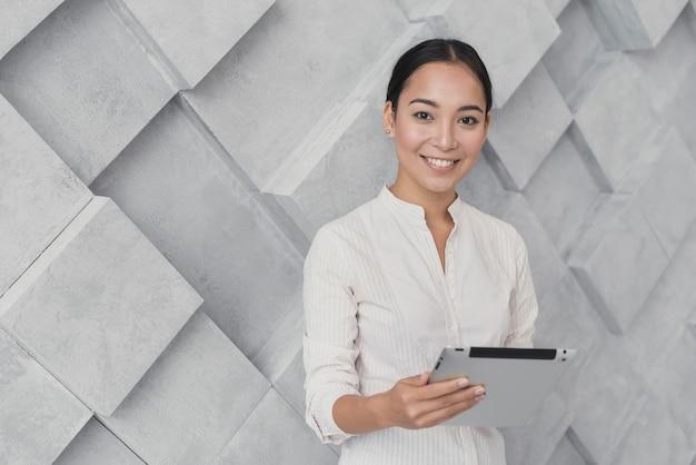 Смайлик женщина держит планшет копией пространства Бесплатные Фотографии