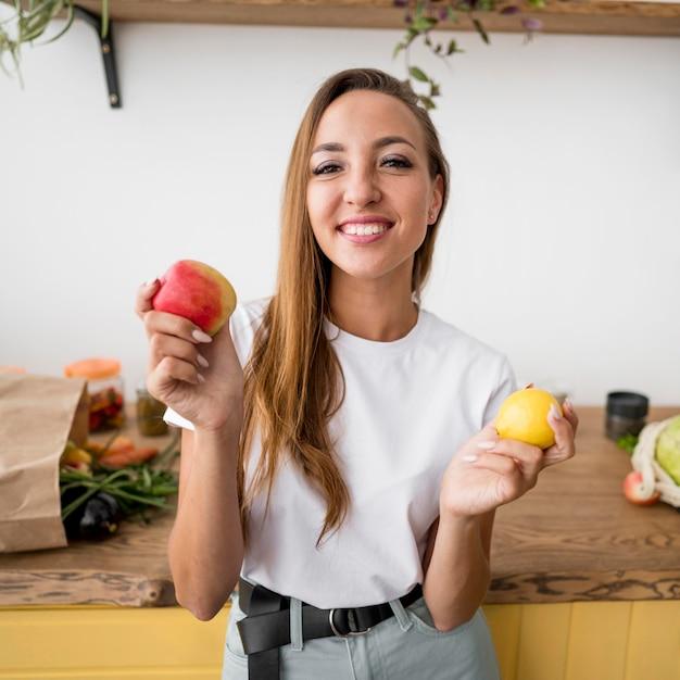 Смайлик женщина, держащая два плода Бесплатные Фотографии