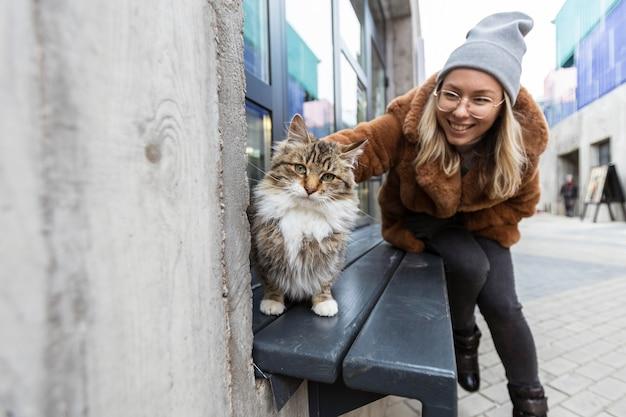 Смайлик женщина гладит кошку Бесплатные Фотографии