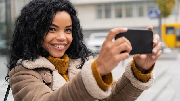 Смайлик женщина, делающая селфи со своим смартфоном Бесплатные Фотографии
