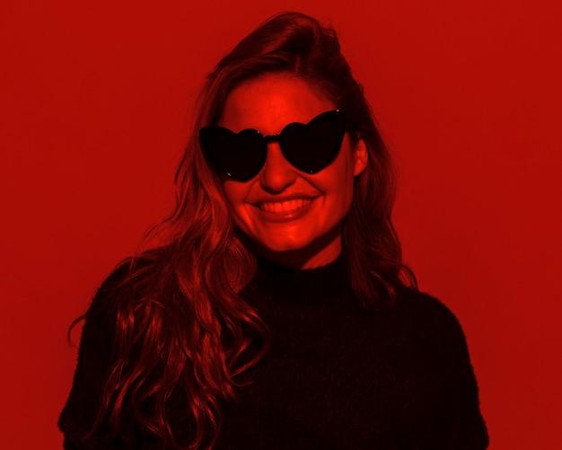 선글라스를 쓰고 웃는 여자 무료 사진