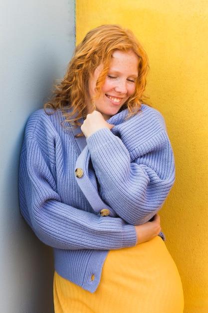 Женщина смайлика свитера нося Бесплатные Фотографии