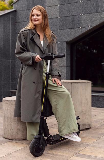 Смайлик женщина с электросамокатом в городе Бесплатные Фотографии