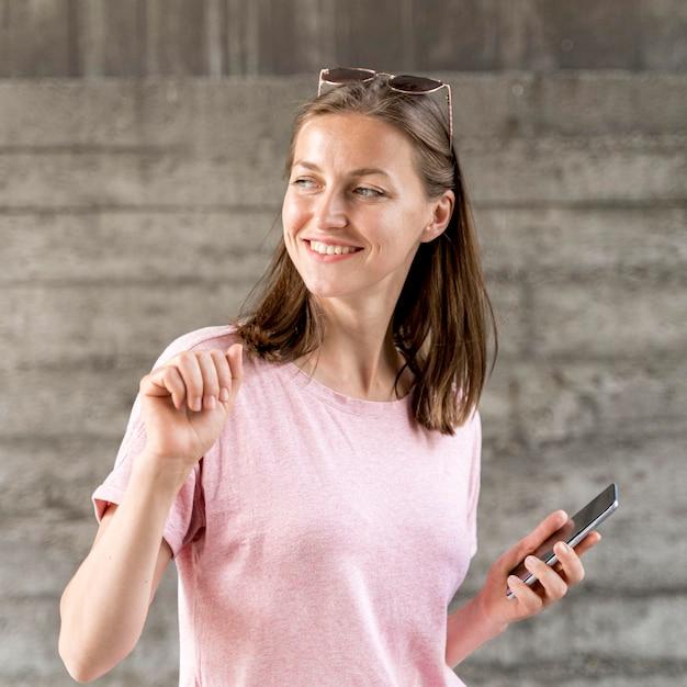Смайлик с мобильными танцами Бесплатные Фотографии