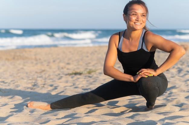 Смайлик женщина работает на пляже Бесплатные Фотографии