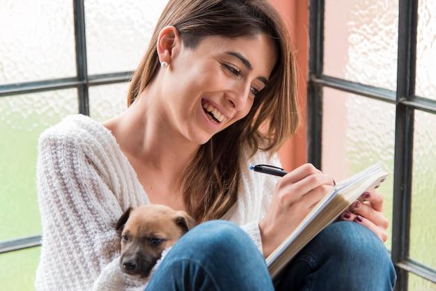 Смайлик женщина пишет на ноутбуке Бесплатные Фотографии