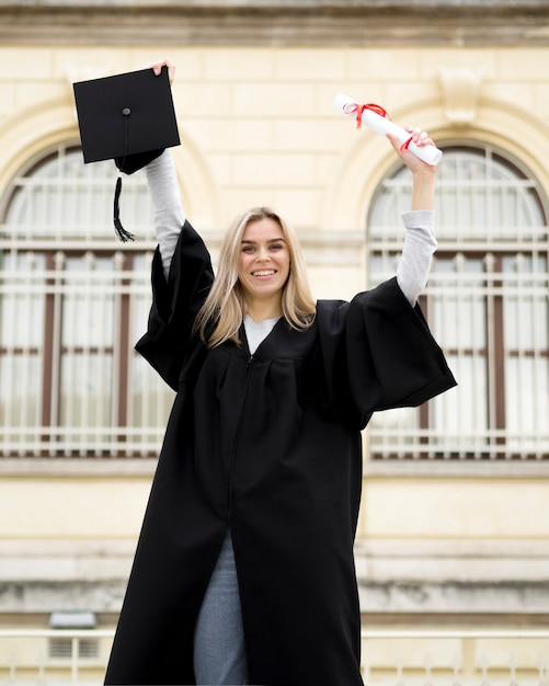 Smiley young woman celebrating her graduation Free Photo