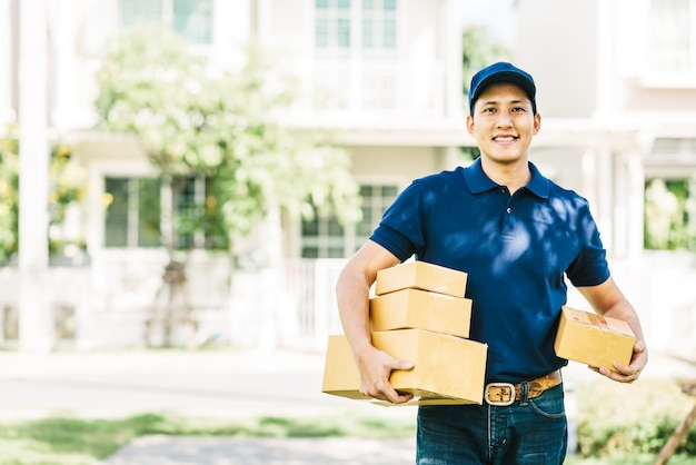 Smiling asian delivery man Premium Photo