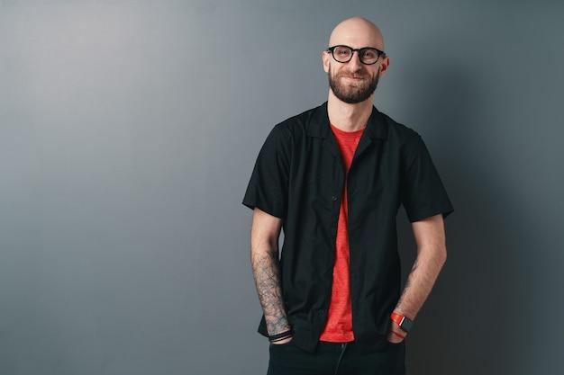 회색에 수염 된 젊은 남자를 웃 고 프리미엄 사진