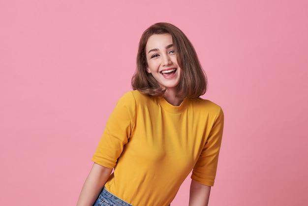 カジュアルなtシャツを着て笑顔の美しい女性 Premium写真