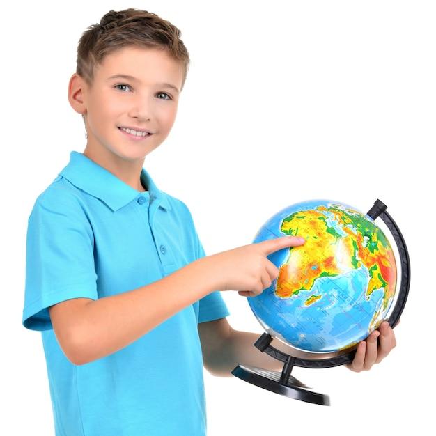 手とその上にポイントを持つカジュアルな保持地球儀で笑顔の少年-白で隔離 無料写真