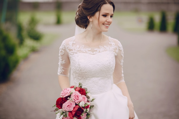 Smiling bride with her bouquet Free Photo