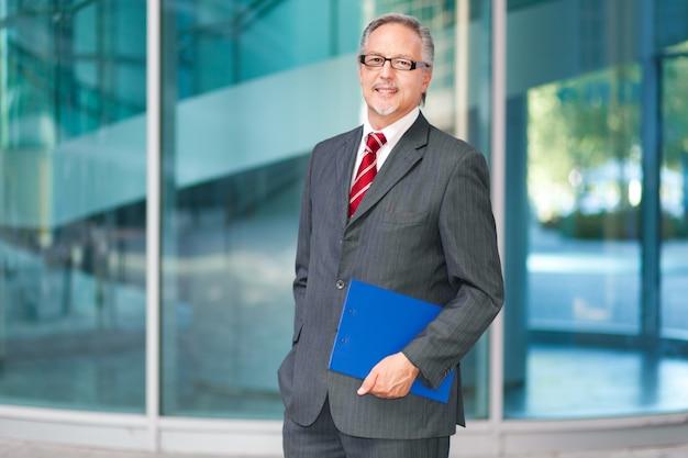 Улыбающийся бизнесмен Premium Фотографии