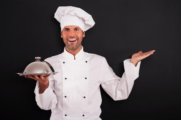 Lo chef sorridente ha consigliato il corso principale Foto Gratuite