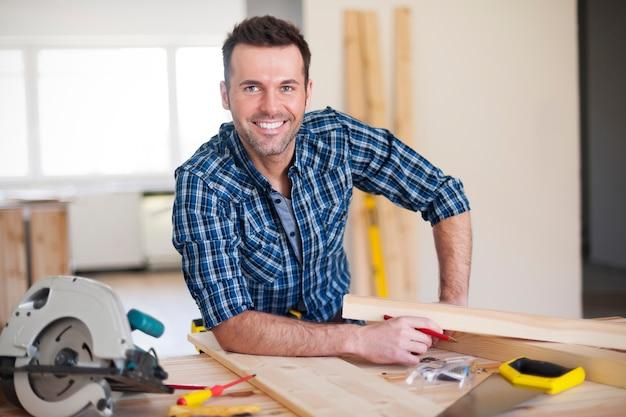 Улыбающийся рабочий-строитель на работе Бесплатные Фотографии