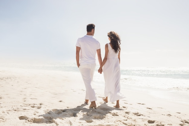 Smiling couple holding hands Premium Photo