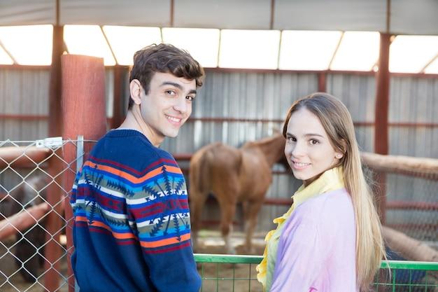 Sorridente coppia con un cavallo Foto Gratuite