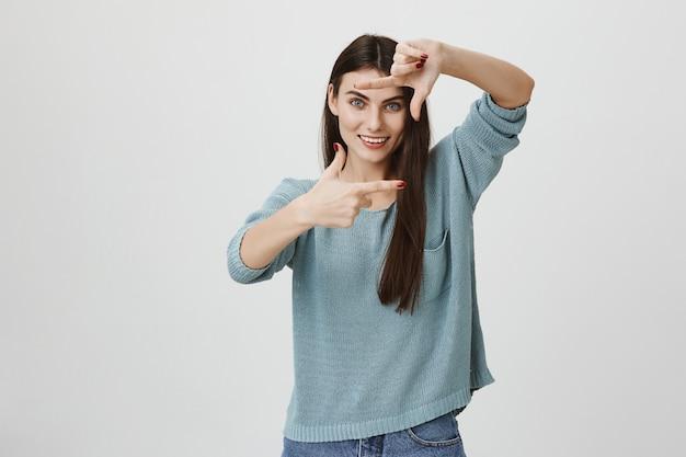 フレームの手を作る創造的な女性の笑顔、インスピレーションを得ます 無料写真