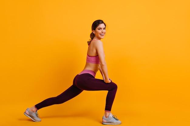 운동을 즐기고 웃는 귀여운 여자 무료 사진